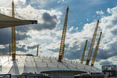LONDRES - 25 JUIN : Vue du bâtiment O2 de la Tamise Photos libres de droits