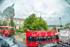 LONDRES - JUNIO DE 2015: El rojo transporta cerca de St Paul Cathedral en un lluvioso Imagen de archivo libre de regalías