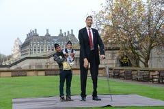 Londres : L'homme le plus grand du monde et l'homme le plus court se réunissent sur le record mondial de Guinness Images libres de droits