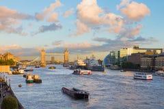 Londres - la novia de la torre y la orilla del Támesis en luz de la tarde Fotos de archivo