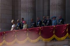 LONDRES, le R-U - la Reine Elisabeth II et la famille royale sur le balcon du Buckingham Palace le jour de la Grande-Bretagne Photo stock