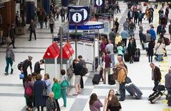 LONDRES, LONDRES, REINO UNIDO - 12 DE SETEMBRO DE 2015: Estação de caminhos-de-ferro da rua de Liverpool com lotes dos povos Imagem de Stock