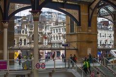 LONDRES, LONDRES, REINO UNIDO - 12 DE SETEMBRO DE 2015: Estação de caminhos-de-ferro da rua de Liverpool com lotes dos povos Imagem de Stock Royalty Free