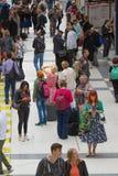 LONDRES, LONDRES, REINO UNIDO - 12 DE SETEMBRO DE 2015: Estação de caminhos-de-ferro da rua de Liverpool com lotes dos povos Fotos de Stock