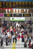 LONDRES, LONDRES, REINO UNIDO - 12 DE SETEMBRO DE 2015: Estação de caminhos-de-ferro da rua de Liverpool com lotes dos povos Foto de Stock Royalty Free
