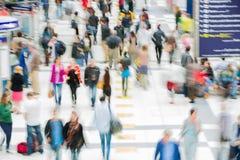 LONDRES, LONDRES, REINO UNIDO - 12 DE SETEMBRO DE 2015: Estação de caminhos-de-ferro da rua de Liverpool com lotes dos povos Fotografia de Stock