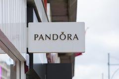 Londres, a mais grande Londres, Reino Unido, o 7 de fevereiro de 2018, um sinal e um logotipo para Pandora fotografia de stock royalty free