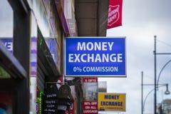 Londres, a mais grande Londres, Reino Unido, o 7 de fevereiro de 2018, um sinal e um logotipo para uma troca de dinheiro imagens de stock