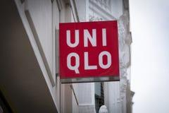 Londres, a mais grande Londres, Reino Unido, o 7 de fevereiro de 2018, um sinal e um logotipo para Uniqlo fotos de stock