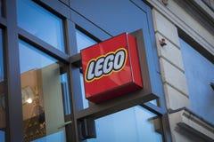 Londres, mayor Londres, Reino Unido, el 7 de febrero de 2018, una muestra y un logotipo para Lego en el cuadrado de Leicester imagen de archivo libre de regalías