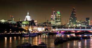 Londres na noite - cidade, catedral etc. de Tamisa, de St Pauls Fotografia de Stock Royalty Free