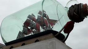 Londres Nave grande del ` en un ` de la botella almacen de metraje de vídeo