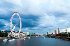 Londres no alvorecer Vista da ponte dourada do jubileu Fotografia de Stock