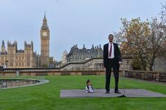 Londres: O homem o mais alto do mundo e o homem o mais curto encontram-se no recorde mundial de Guinness Foto de Stock Royalty Free