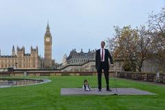 Londres: O homem o mais alto do mundo e o homem o mais curto encontram-se no recorde mundial de Guinness Fotografia de Stock Royalty Free