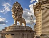 Londres o leão com grande roda dentro a parte traseira Foto de Stock Royalty Free