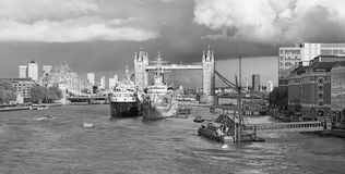 Londres - o panorama da ponte da torre, beira-rio na luz da noite com as nuvens dramáticas Fotos de Stock