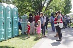 Londres Ontario, Canadá - 16 de julio de 2016: Niños que esperan con th Foto de archivo libre de regalías