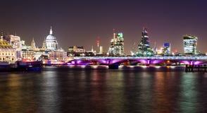 Londres, opinião da noite com ponte de Blackfriars Foto de Stock Royalty Free