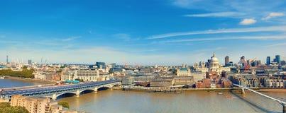 Londres, panorama aéreo de la catedral del ` s de San Pablo y del Br del milenio Fotos de archivo libres de regalías