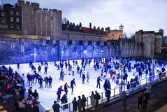 Londres patina no gelo na torre do passeio dos povos de Londres Fotografia de Stock