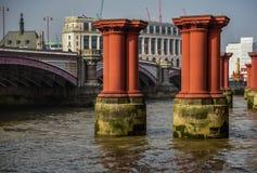 Londres - piliers sur la Tamise photo stock