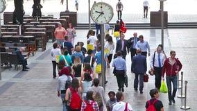 Londres Porciones de gente que camina en aria del negocio de Canary Wharf metrajes