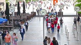 Londres Porciones de gente que camina en aria del negocio de Canary Wharf almacen de metraje de vídeo