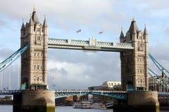 Londres - puente de la torre con los turistas Imagenes de archivo