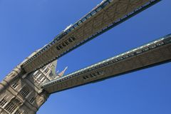 Londres, puente de la torre, paseo del cielo foto de archivo