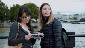 Londres que sightseeing - duas meninas e um guia do curso vídeos de arquivo