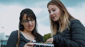 Londres que sightseeing - duas meninas e um guia do curso video estoque