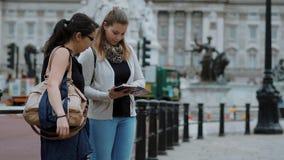 Londres que visita - dos amigos en un viaje de visita turística de excursión almacen de metraje de vídeo