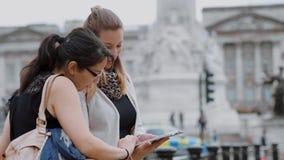 Londres que visita - dos amigos en un viaje de visita turística de excursión almacen de video