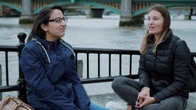 Londres que visita - dos amigos en un viaje de visita turística de excursión metrajes