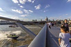 LONDRES, R-U - 2 AOÛT 2018 : Les gens au pont célèbre de millénaire images libres de droits