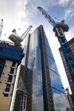 LONDRES, R-U - 24 AVRIL 2014 : Chantier avec des grues dans la ville de Londres une des principaux centres des finances globales Photos stock