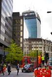 LONDRES, R-U - 24 AVRIL 2014 : Chantier avec des grues dans la ville de Londres une des principaux centres des finances globales Photographie stock