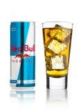 LONDRES, R-U - 12 AVRIL 2017 : Pouvez de la boisson Sugar Free d'énergie de Red Bull avec le verre et les glaçons sur le fond bla Image libre de droits
