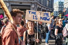 Londres, R-U - 19 avril 2019 : Protestataires de r?bellion d'extinction dans Oxford Street image stock