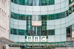 LONDRES, R-U - 9 AVRIL 2013 : Siège social et place de BBC en fronde de l'entrée principale photo stock