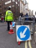 Policier se tenant à côté du Ritz où Margaret Thatcher est morte Images stock