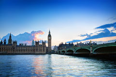 Londres, R-U. Big Ben, le palais de Westminster au coucher du soleil Image libre de droits