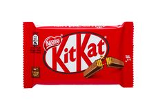 LONDRES, R-U - 7 DÉCEMBRE 2017 : Barre de chocolat de Kit Kat sur le blanc Des barres Kit Kat est produites par la société de Nes Photos libres de droits