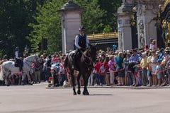 LONDRES, R-U : en juillet 2015 - la police dégageant le secteur devant le Buckingham Palace avant le changement des gardes Image libre de droits