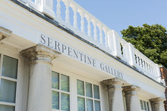LONDRES, R-U - 1ER AOÛT : Entrée à la construction de Serpentine Gallery Images libres de droits