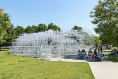 LONDRES, R-U - 1ER AOÛT : Visiteurs de parc appréciant le temps ensoleillé photographie stock libre de droits