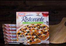 LONDRES, R-U - 1ER MARS 2018 : Boîtes de Dr. Feuillage de pizza d'Oetker sur le fond en bois avec le conseil Photos stock