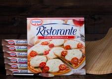 LONDRES, R-U - 1ER MARS 2018 : Boîtes de Dr. Mozzarella de pizza d'Oetker sur le fond en bois avec le conseil Images stock