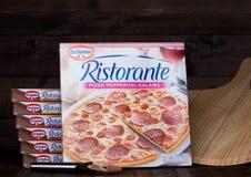LONDRES, R-U - 1ER MARS 2018 : Boîtes de Dr. Pizza Speciale d'Oetker sur le fond en bois avec le conseil Photo libre de droits